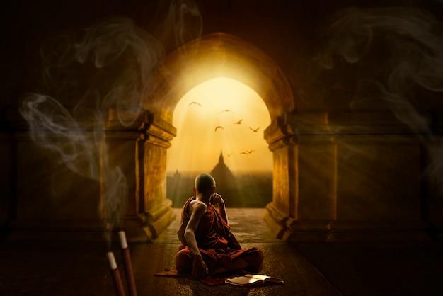 Bidden en mediteren in de boeddhistische tempel