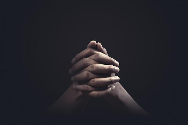 Biddende handen met geloof in religie en geloof in god. kracht van hoop en toewijding.
