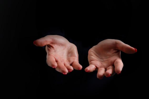 Biddende handen op zwarte achtergrond