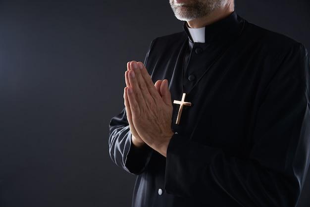 Biddende handen priester portret van man Premium Foto