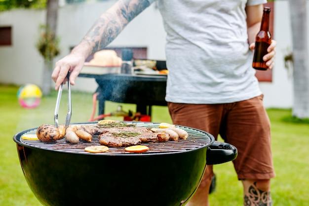 Biefstuk barbecues koken grillen op houtskool