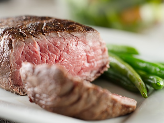 Biefstuk gekookt zeldzaam schot close-up