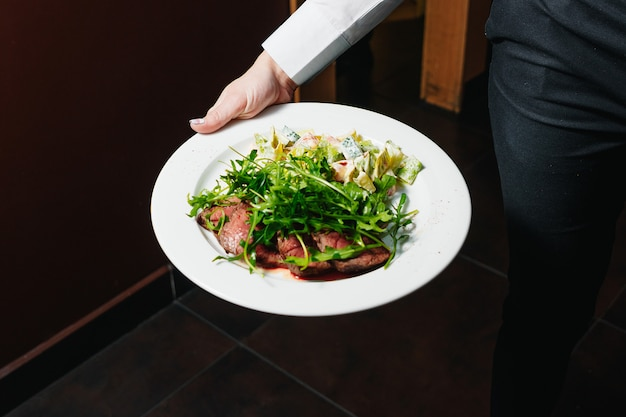Biefstuk met bloed van rucola en salade