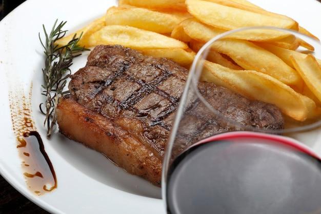 Biefstuk met friet en rode wijn