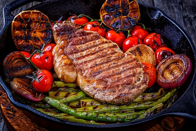 Biefstuk met gegrilde groenten in een koekenpan.