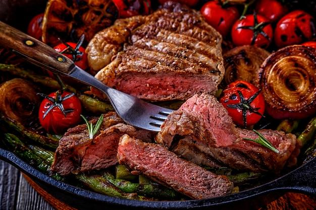 Biefstuk met gegrilde groenten in een koekenpan