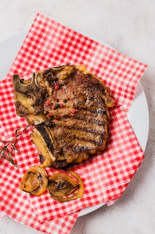 Biefstuk met uien op plaat