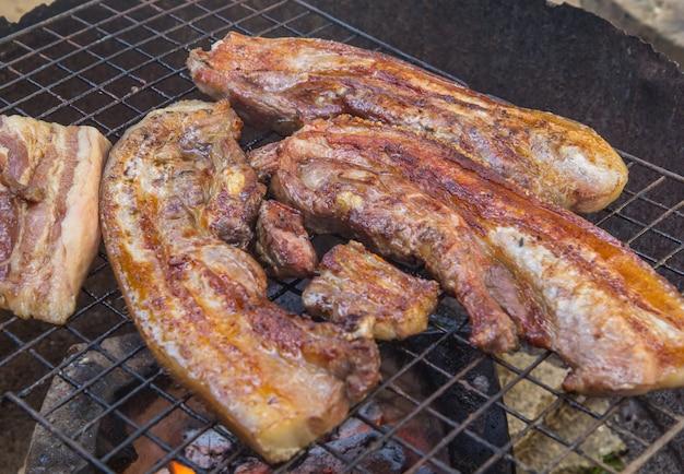 Biefstuk op de grill met vlammen.