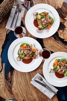 Biefstuk op het bot. tomahawk steak op een witte achtergrond. bovenaanzicht. gratis exemplaar ruimte.