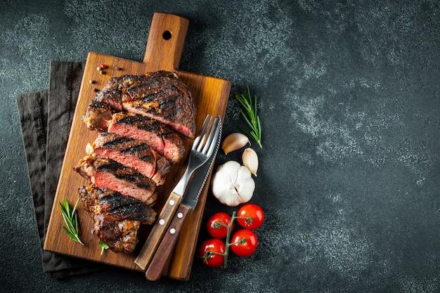 Biefstuk ribeye, gegrild met peper en knoflook.