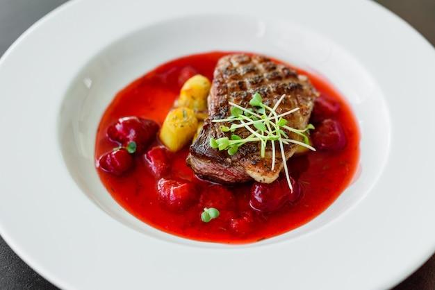 Biefstuk van eendenfilet met gekarameliseerde aardbei en een aubergine