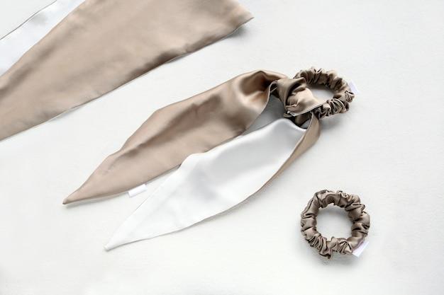 Biege en witte zijden haarscruchie met zijden textielband op witte textiele elastische haarbanden