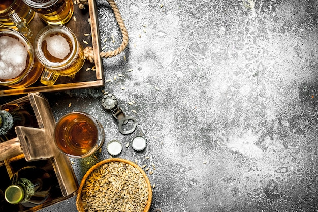 Bier achtergrond. vers bier met ingrediënten op rustieke tafel.