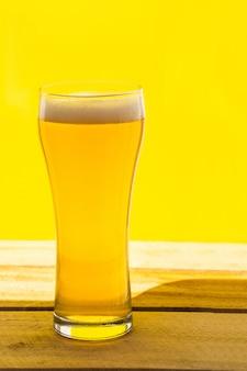 Bier. cold craft light bier in een glas met waterdruppels. pint bier. oktoberfest concept.
