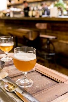 Bier drinken in café en restaurant met bar met blur 's nachts.