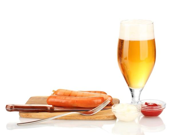 Bier en gegrilde worstjes geïsoleerd op wit