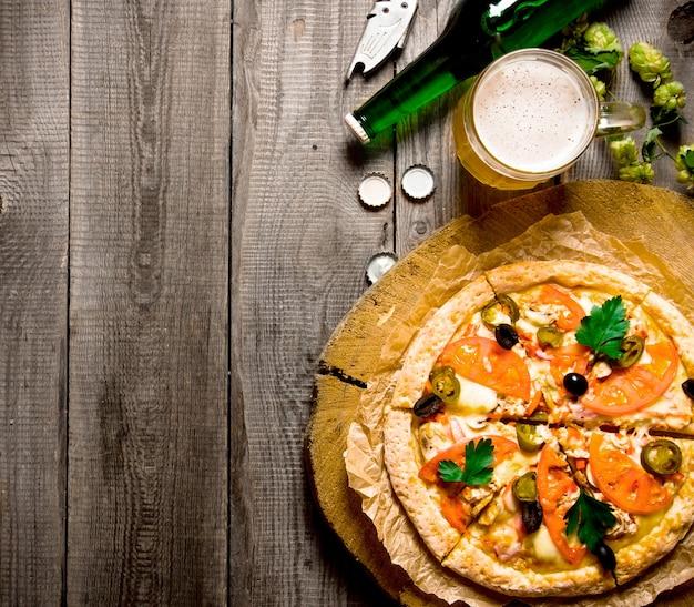 Bier en pizza op een houten tafel