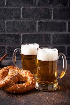 Bier en zoutjes. oktoberfest concept