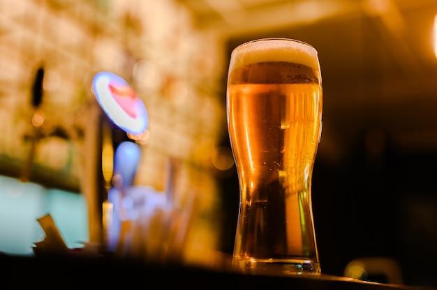 Bier in bar en vrije ruimte voor uw decoratie.
