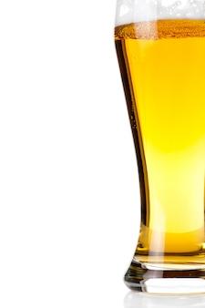 Bier in glas op wit wordt geïsoleerd dat