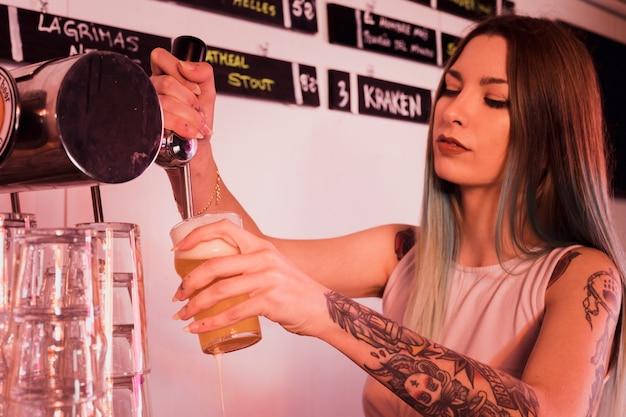 Bier in glas vullen