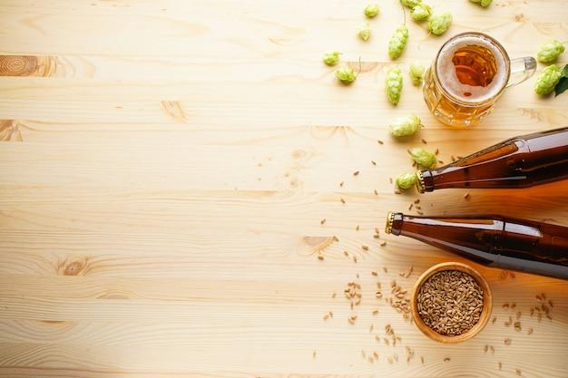 Bier met hop en gerst op een houten tafel. bovenaanzicht.