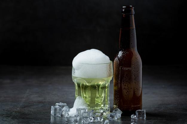 Bier met knapperige hors d'oeuvres, wereldbierdag.