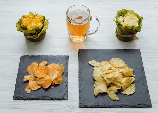 Bier met patat op de grote witte tafel