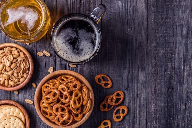 Bier met pretzels, crackers en noten.