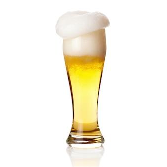 Bier met schuim in glas op wit wordt geïsoleerd dat