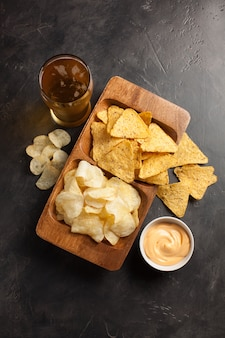 Bier met snacks zijn chips en nacho's.
