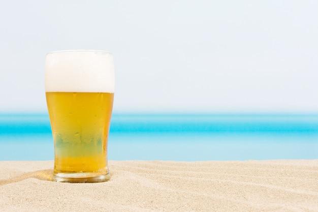 Bier op de strandachtergrond