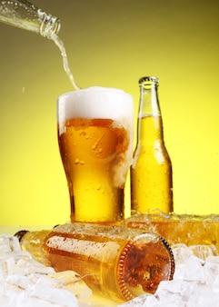 Bier stroomt in glas