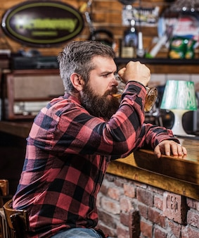Bier tijd. man drinkt bier aan de bar.