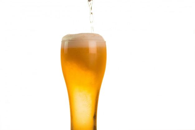 Bier wordt in glas gegoten