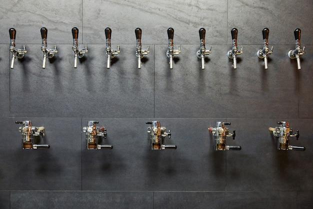 Bierapparatuur voor het bottelen van bier in rij