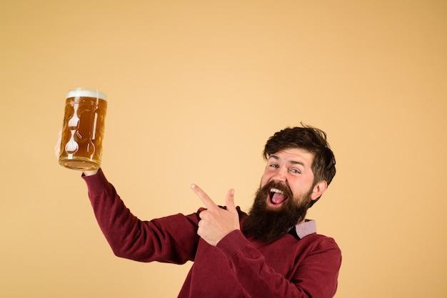 Biercafé biertijd emotioneel bebaarde dronken hipster man die ambachtelijk bier drinkt uit mok stijlvol brouwen