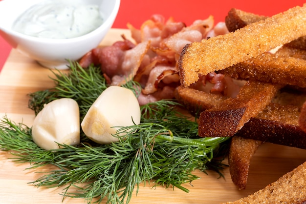Biercroutons met knoflook, saus en kruiden. voor elk doel.