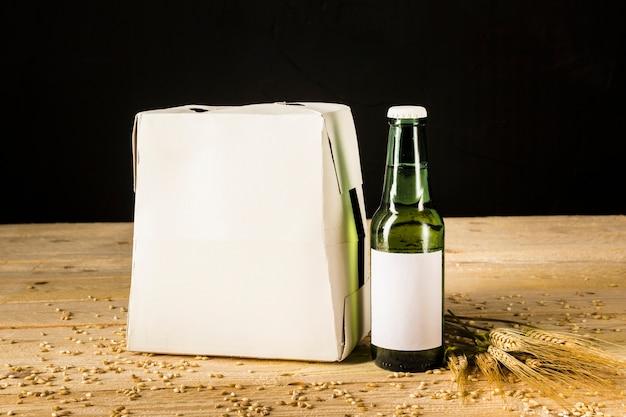 Bierfles kartonnen doos op houten achtergrond