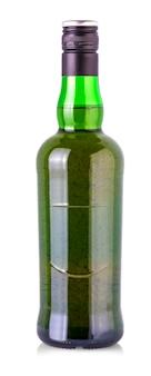 Bierfles met druppels geïsoleerd op een witte achtergrond, groene bierfles geïsoleerd