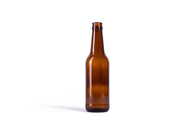 Bierfles op witte achtergrond wordt geïsoleerd die