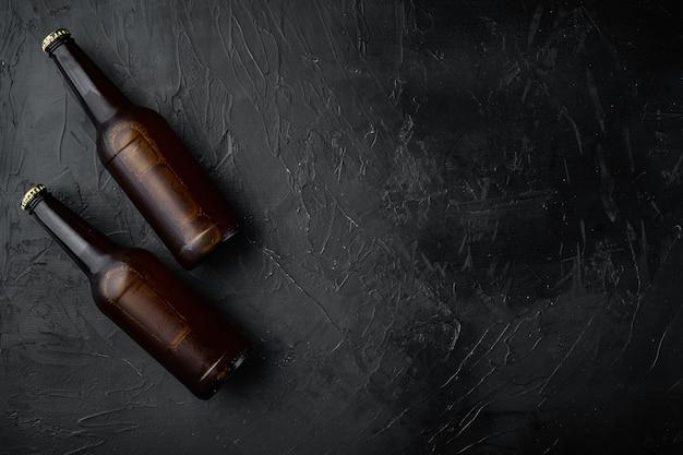 Bierfles set, op zwarte stenen tafel, bovenaanzicht plat lag