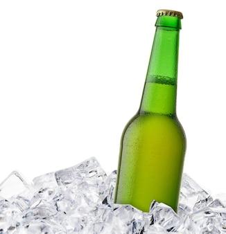 Bierfles wordt afgekoeld in ijsblokjes