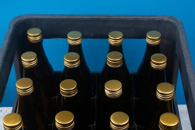 Bierflessen in een plastic doos