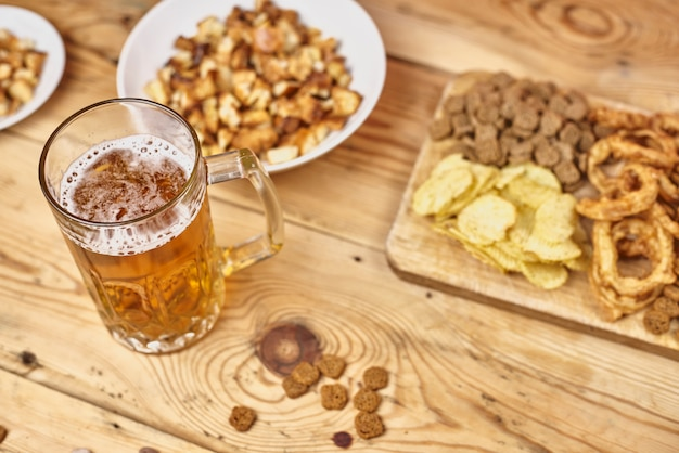 Bierglas en snacks