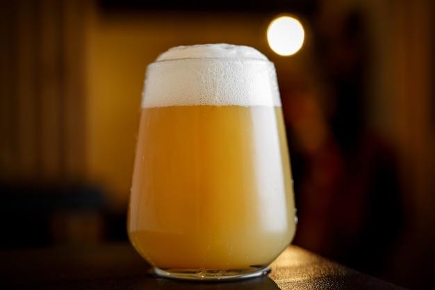 Bierglas in een bar.