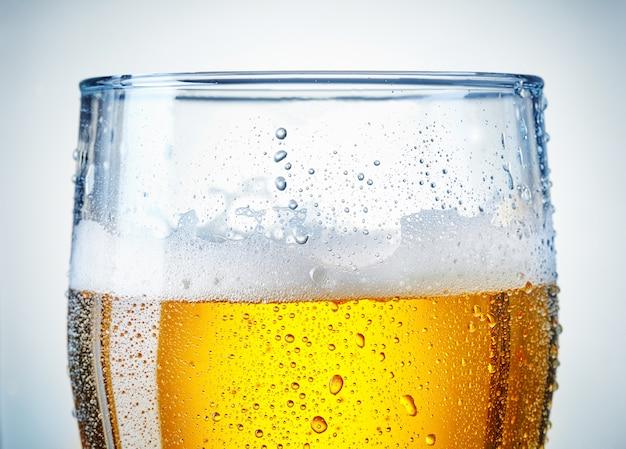 Bierglas met een beetje condens