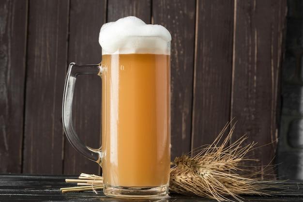 Bierglas op een houten achtergrond