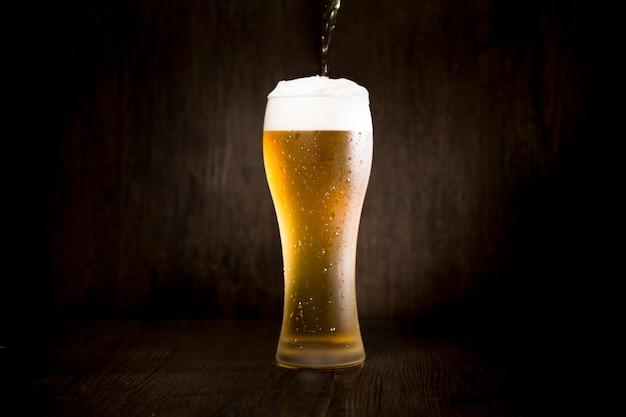 Bierglas voor zwarte achtergrond
