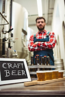 Bierglazen en bord met fabrikant
